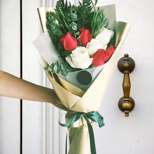 7 Pcs Red And White Roses In Bouquet